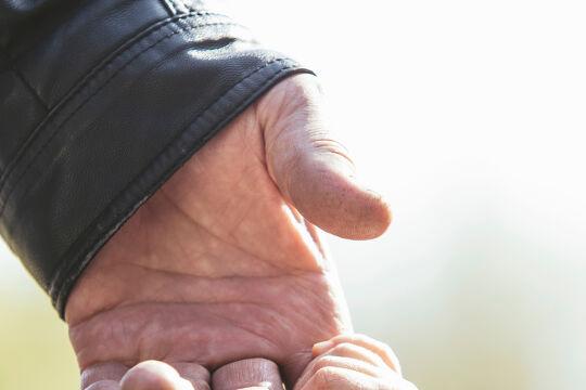 Jung und Alt - Loslassen gehört von früh an zum Lauf des Lebens. Es ist freilich umso schwieriger, je fester die Bindung an das Loszulassende ist. - © iStock / Kuzmichstudio