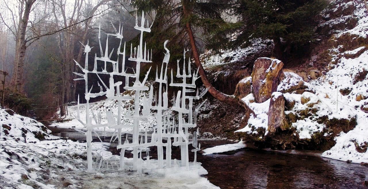Eisenberger - Christian Eisenberger und eine seiner Eisskulpturen – ein äußerst vielfältiger Künstler - © Filmdelights