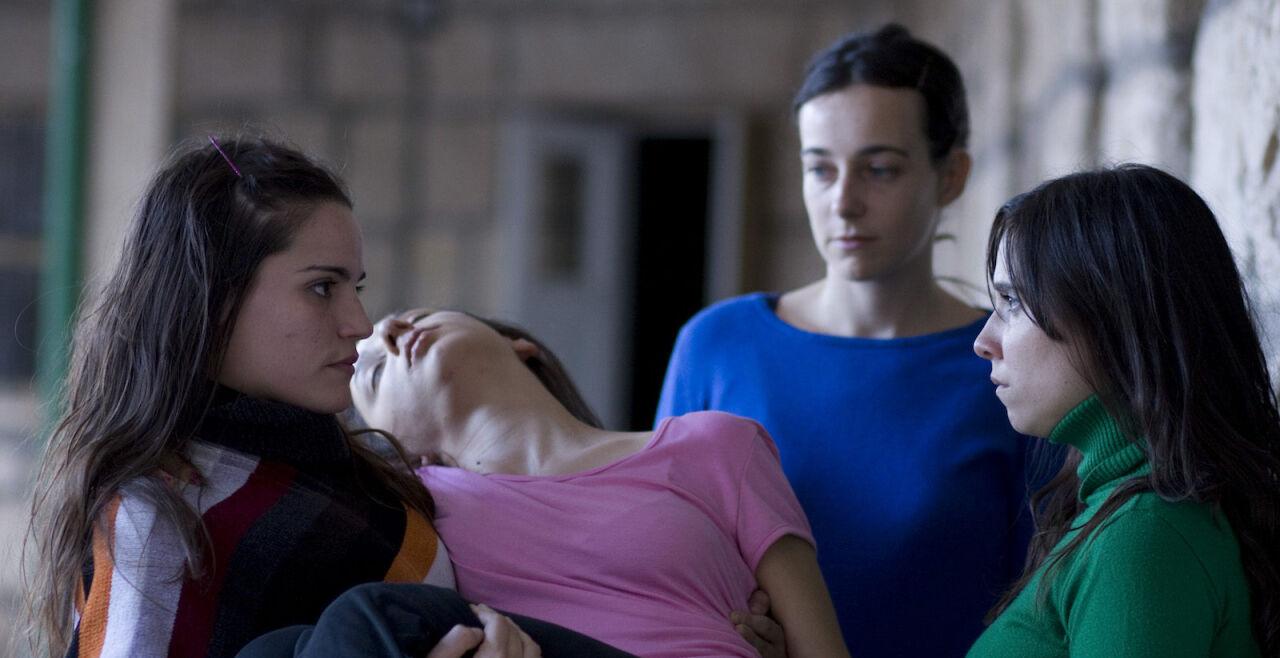 """LaFlor - """"La Flor"""": Der 14-stündige Film zeigt vier Schauspielerinnen in verschiedenen Rollen und eröffnet für das Kinopublikum einen Raum der Selbsterfahrung. - © Filmgarten"""