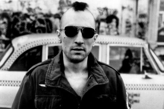 """Screenshot Taxi Driver - <strong>""""You talkin' to me?""""</strong><br /> In seinem Meisterwerk """"Taxi Driver"""" gelang Martin Scorsese die fast schon chirurgisch-präzise Sezierung """"fragiler Männlichkeit"""". Der jungeRobert De Niro verkörpert darin einen New Yorker Taxifahrer, dessen kompensatorische Größenfantasien in einem Amoklauf enden. - © Getty Images / Silver Screen Collection"""